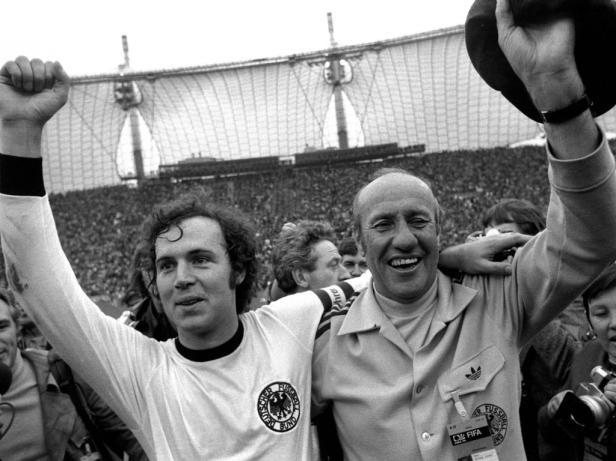 Weltmeister Franz Beckenbauer li und Bundestrainer Helmut Schön re jubeln gemeinsam dahinter